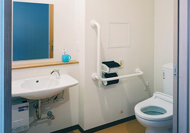 車いすでも問題の無い開き戸タイプのトイレ