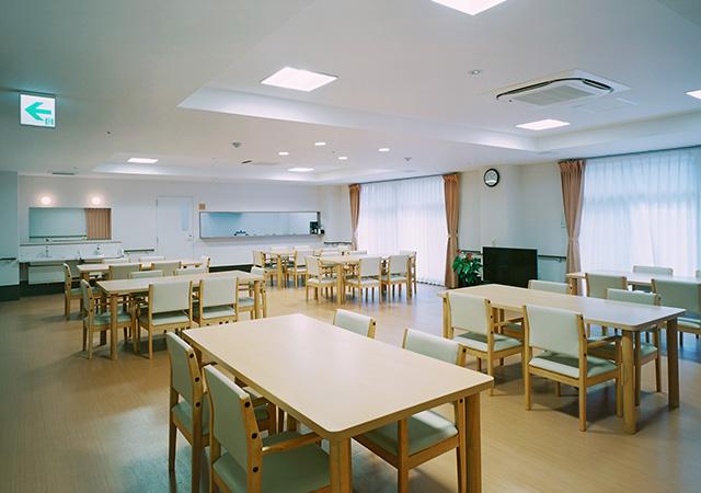 暖かい雰囲気の食堂スペース